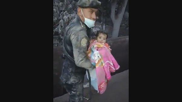 Dramatische Rettung aus der Vulkanasche: Baby wohlauf