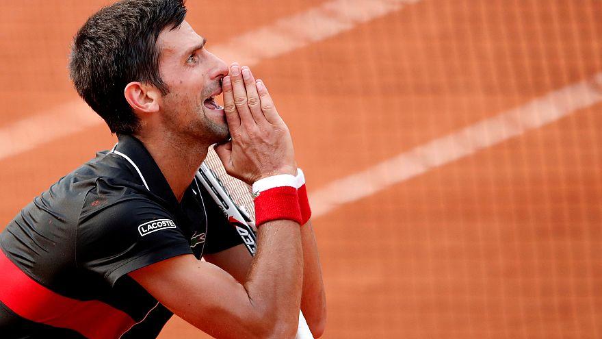 Novak Djokovic cai com estrondo nos 'quartos' de Roland Garros