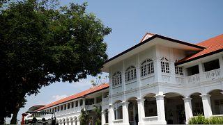 """Das """"Capella""""-Hotel hat eine Fassade im Kolonialstil."""