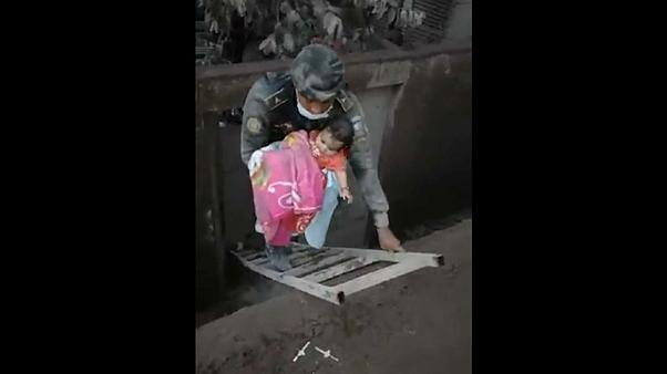 Guatemala: Lavların yuttuğu evdeki bebek kurtarıldı