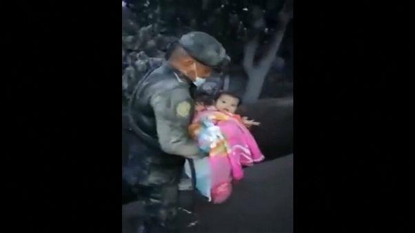 Guatemala, bimba salvata dalla cenere