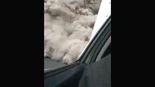 سيارة إسعاف عالقة في رماد بركان فويغو