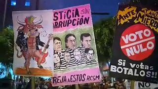 بعض اللافتات الاحتجاجية في المظاهرات