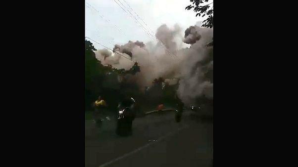 Ασθενοφόρο «χτυπήθηκε» από τις στάχτες του ηφαιστείου
