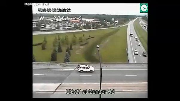 Tolatva haladt egy autós autópályákon át Ohióban