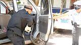 شاهد: شرطي صيني يخرج أفعى كوبرا من داخل سيارة