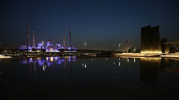 منظر عام لحديقة الشهداء التذكارية مقابل مسجد الشيخ زايد في أبو ظبي - رويترز