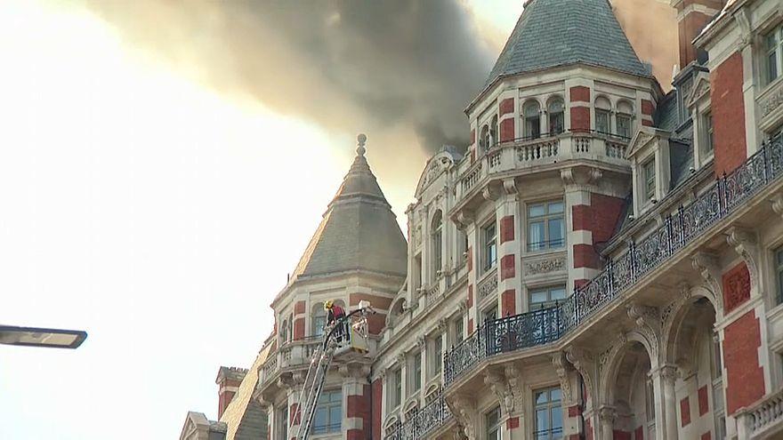 Incendio al Mandarin Oriental hotel. 120 i pompieri impegnati nello spegnimento
