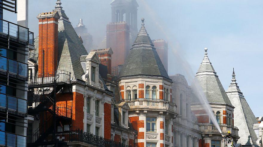 حريق كبير على سطح فندق في العاصمة البريطانية والسبب غير واضح