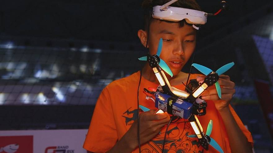 Corridas de drones em cenário futurista