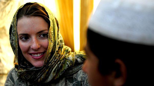 Başörtüsü takarak Müslüman kadınlara destek oldular