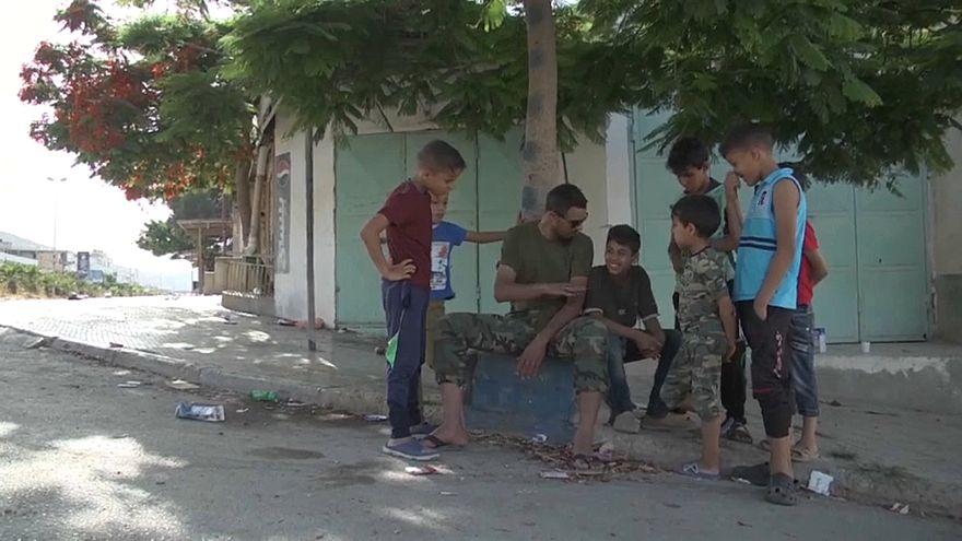 أطفال يلعبون في الشارع بعد سيطرة الجيش الليبي على درنة