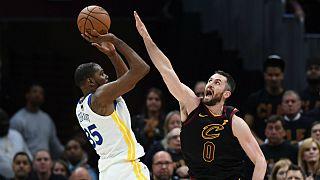 """Kevin Durant (àe squerda) foi o """"MVP"""" do terceiro jogo com 43 pontos"""