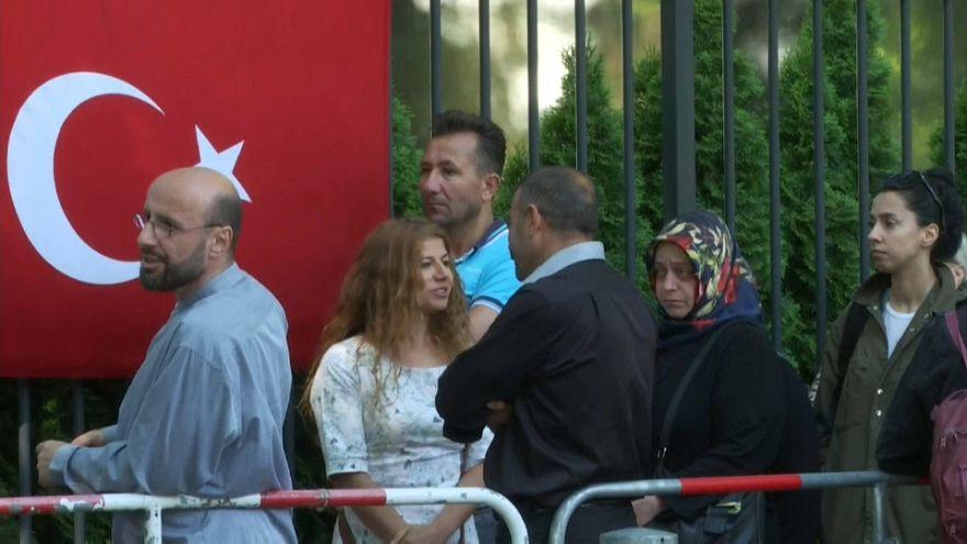 Türken vor Wahllokal in Berlin