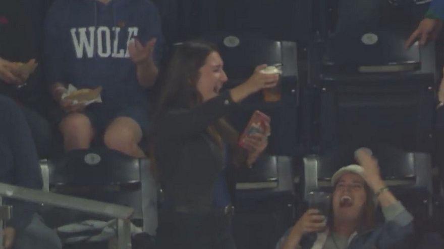 Μπαλάκι του μπέιζμπολ σημάδεψε... ποτήρι με μπίρα