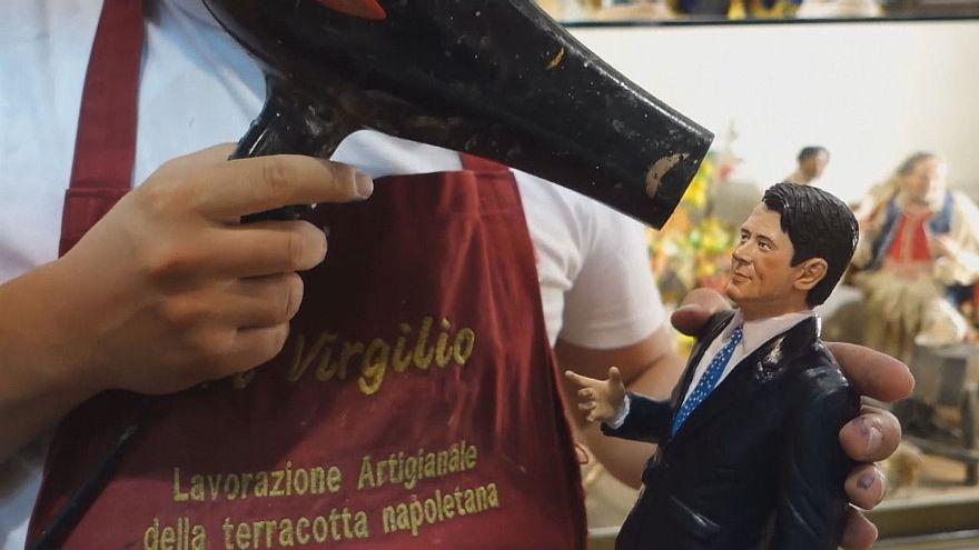 نحات من نابولي يصنع تمثالاً لرئيس الوزراء الجديد