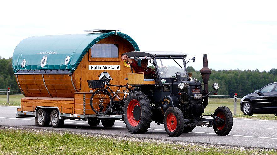 Traktorral megy a focivébére egy német drukker