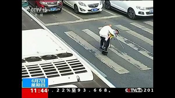 Αστυνομικός κουβάλησε ηλικιωμένο στην πλάτη του για να περάσει τον δρόμο