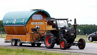 2.500 km per Traktor: Deutscher Fan auf dem Weg zur WM