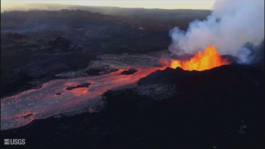 Извержение вулкана Килауэа: потоки лавы текут в залив Капохо