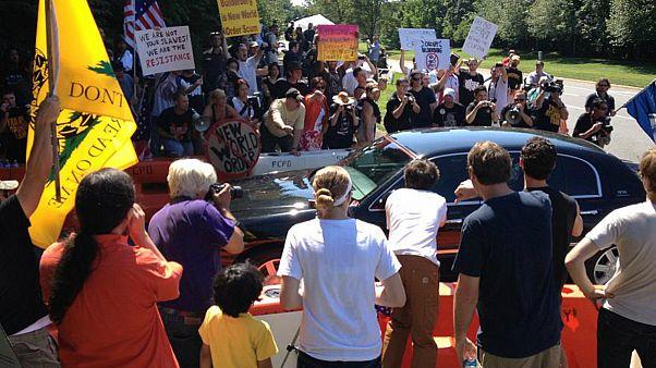 جمعیت معترضان به همایش بیلدربرگ در سال ۲۰۱۲، ویرجینا، ایالات متحده آمریکا