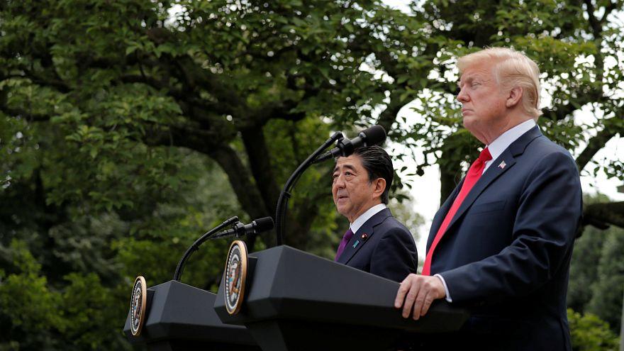 ترامب في مؤتمر صحفي مع رئيس وزراء اليابان، تصوير: كارلوس باريا - رويترز