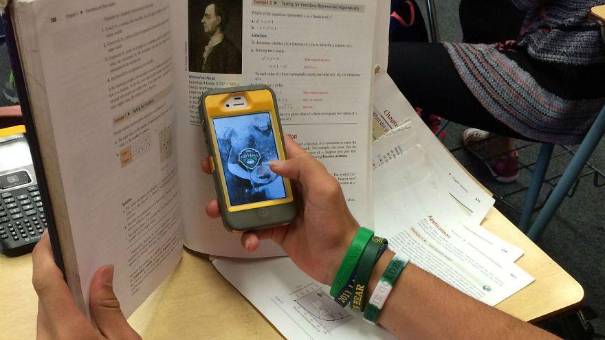 Fransa ilk ve orta dereceli okullarda cep telefonunu yasaklıyor