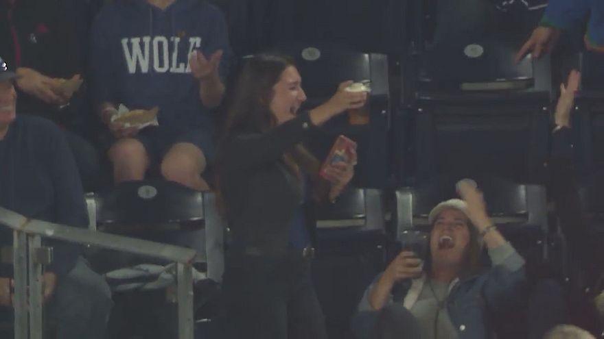 Kalifornien: Ball landet beim Baseball im vollen Bier