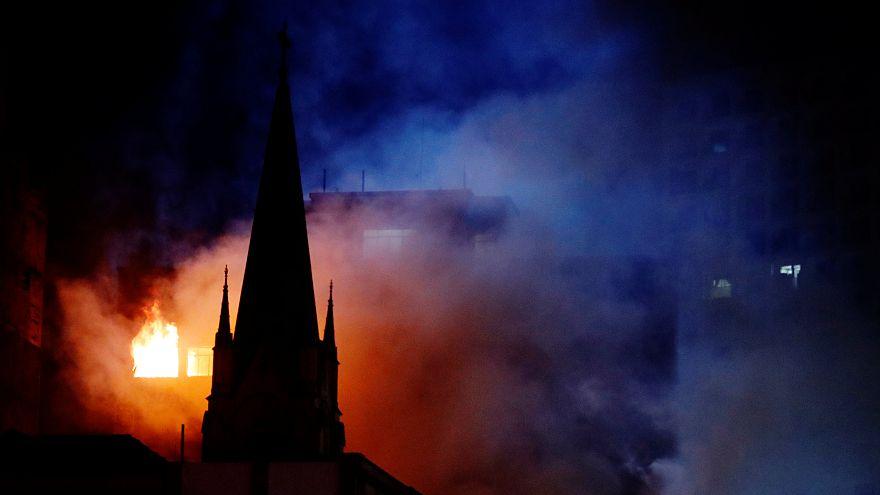 Lángol a NAV irodaháza Veszprém belvárosában