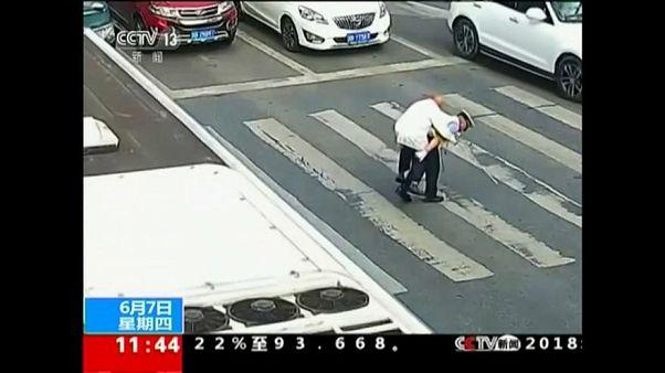 Hátán cipelte át a bátor rendőr a nyugdíjas bácsit