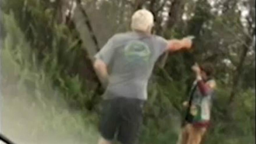 رجل يطلق النار على آخر دون سبب أثناء مشاهدتهما لانفجار بركان هاواي