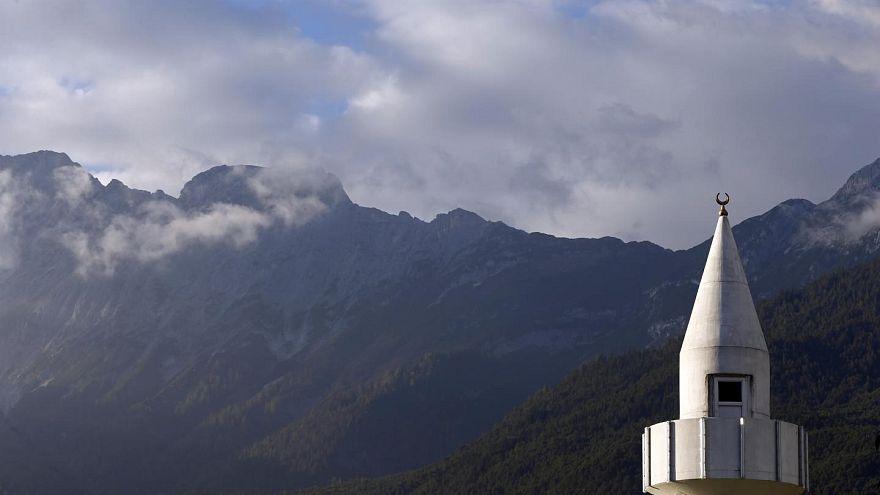 Avusturya 7 camiyi kapatıp imamları sınır dışı ediyor