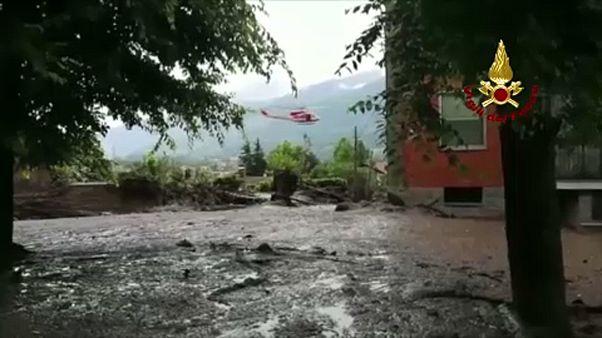 Τόνοι λάσπης κατακλύζουν χωριό στους πρόποδες των ιταλικών Άλπεων