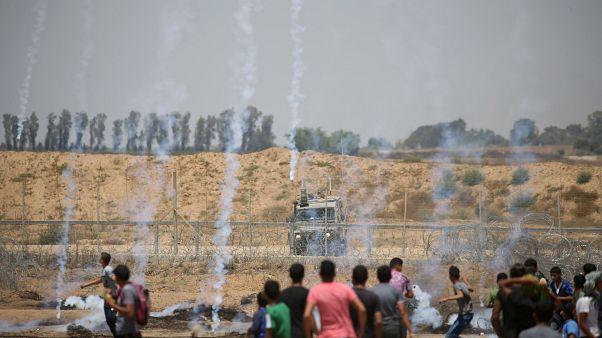 عبوات مسيلة للدموع أطلقتها القوات الإسرائيلية على المتظاهرين الفلسطينيين
