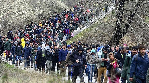 Grecia: si ribalta furgone carico di migranti