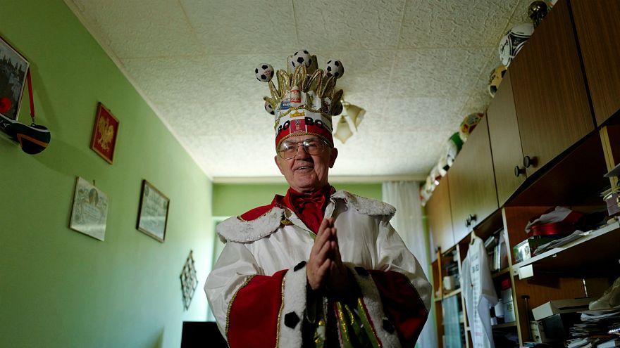 """بوبوفسكيK المعروف باسم """"ملك المشجعين البولنديين"""" في شقته في وارسو - رويترز"""