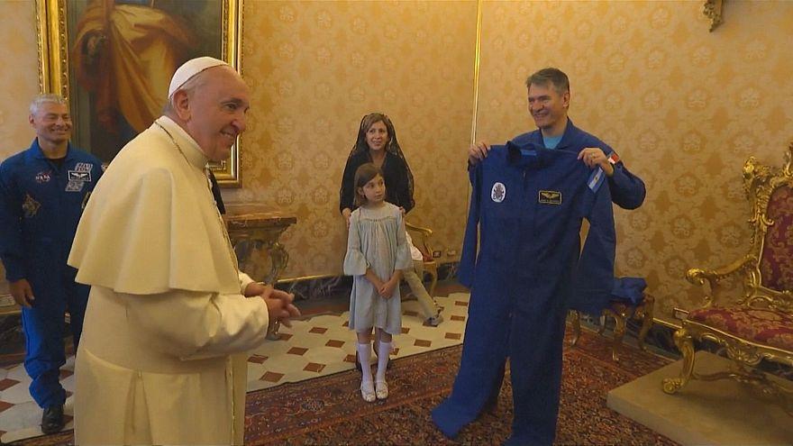البابا يتلقى هدية مميزة من رواد فضاء