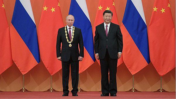 """الرئيس الصيني يمنح بوتين قلادة الصداقة ويصفه ب """"الصديق الحميم"""""""