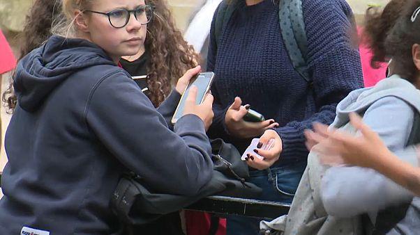 Bis zur 10. Klasse: Frankreich verbietet Handys an Schulen