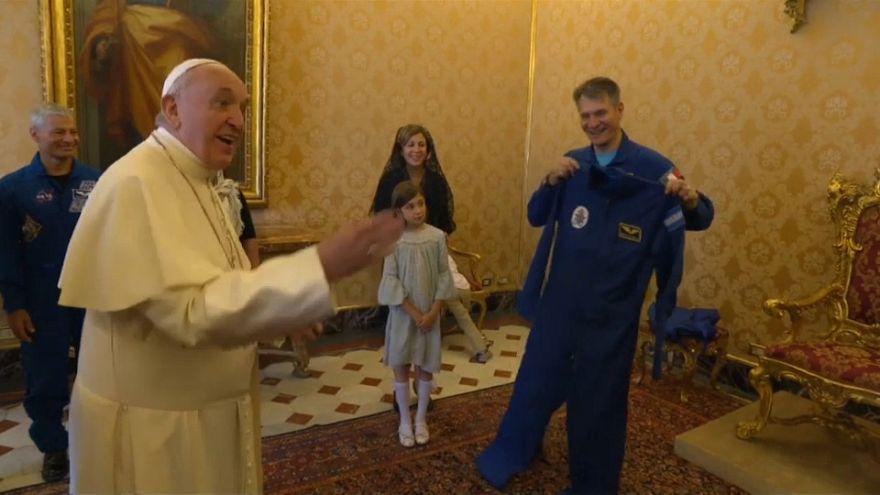 Un traje de astronauta para el Papa Francisco