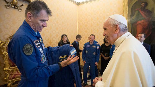 Der Papst trägt jetzt Raumanzug