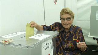 Berlin'de sanığa oy pusulası atan kadın