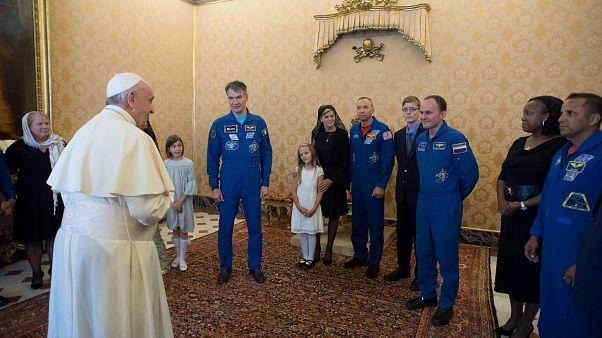 Le pape reçoit des astronautes au Vatican