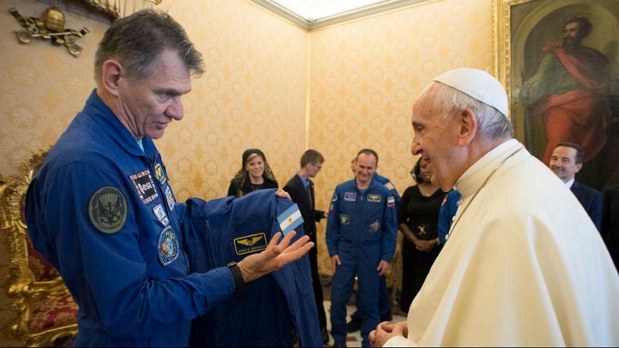 لباس مخصوص پاپ فرانسیس در ایستگاه فضایی بینالمللی