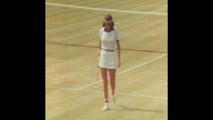 Maria Bueno játszik Sue Bakerrel 1976. június 24-én