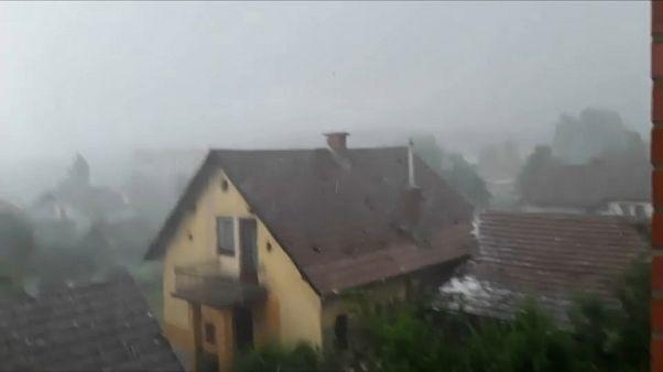 شاهد: كرات البرد تثقب أسقف المنازل في سلوفينيا