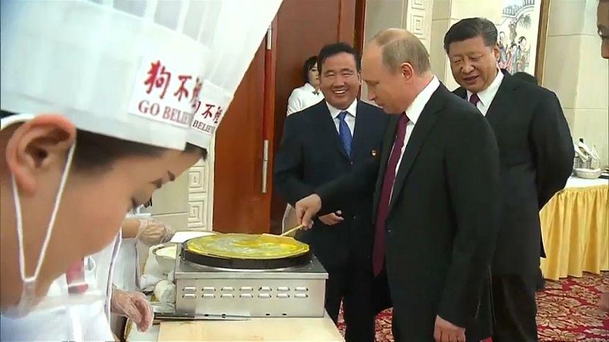 بوتين أثناء محاولته اعداد المأكولات الصينية