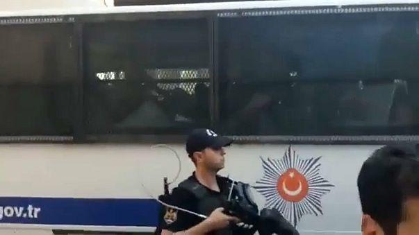Kadıköy'de liselileri gözaltına alan polise tepki