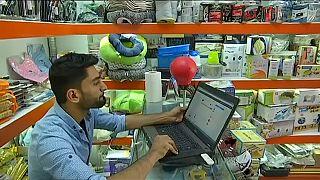 الأفغان يقبلون على التسوق عبر الأنترنت تفاديا للتفجيرات والتحرش الجنسي