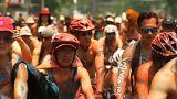 مكسيكيون يحتجون على انتشار ثقافة السيارات بركوب الدرجات عراة